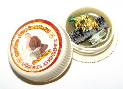 See Pherng Ran Jon Sip Rak Mah Sip Nang is a powerful metta maha sanaeh balm made and blessed by Kroo Ba Chay Chana of Samnak Songk Putta Ariya Rangsi.