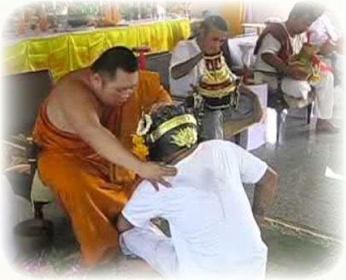 Pra Ajarn Supasit of Wat Bang Nam Chon giving Master Day Wai Kroo blesings.